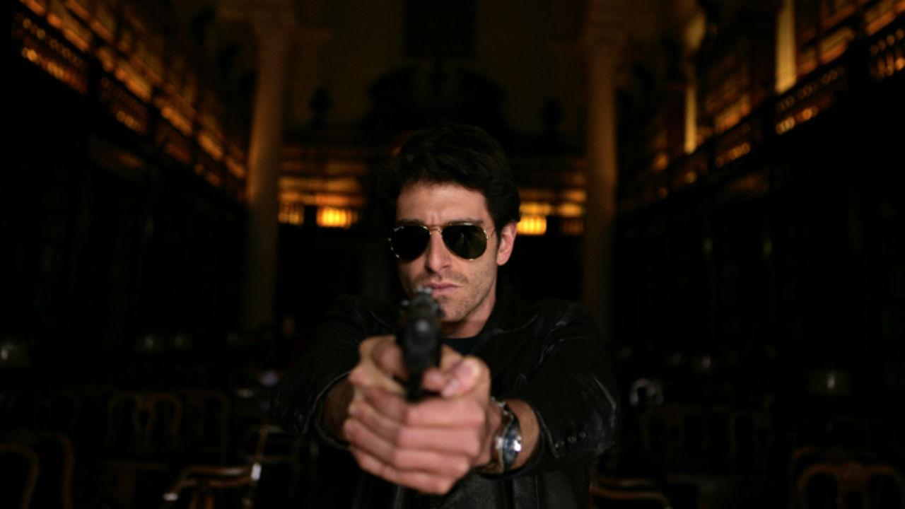 L'ispettore Coliandro: un primo piano di Giampaolo Morelli che impugna una pistola