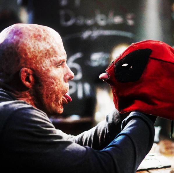 Deadpool: Ryan Reynolds in un'ironica foto del film
