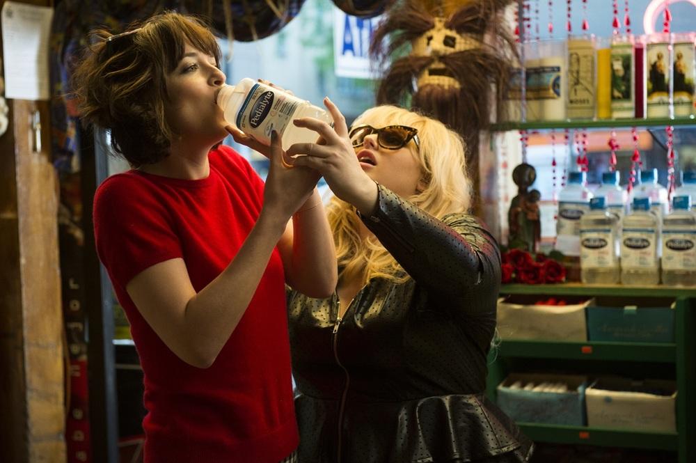 Single ma non troppo: Dakota Johnson e Rebel Wilson in una scena del film