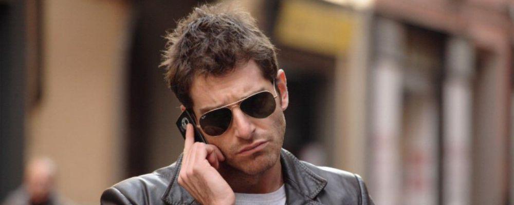 L'ispettore Coliandro: Giampaolo Morelli al telefono