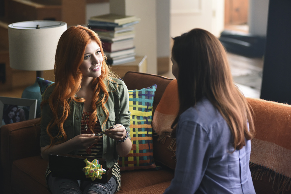 Shadowhunters: Katherine McNamara e Maxim Roy in una foto di The Mortal Cup