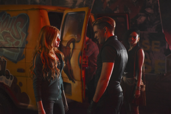 Shadowhunters: Clary (Katherine McNamara) e Jace (dominic Sherwood) si confrontano nell'episodio The Mortal Cup