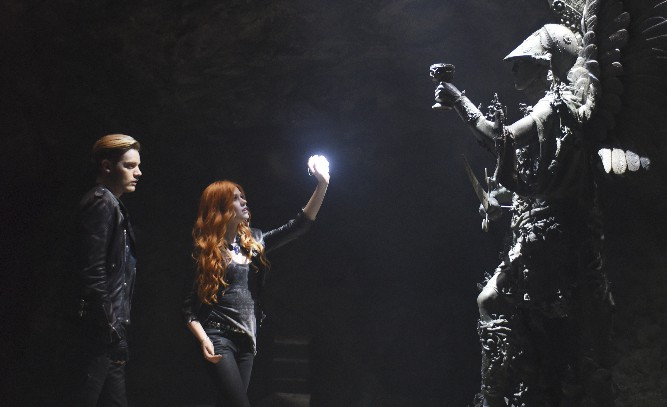 Shadowhunters: Dominic Sherwood e Katherine McNamara in una foto dell'episodio The Mortal Cup