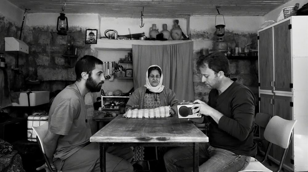 Amore, furti e altri guai: Riyad Sliman, Sami Metwasi e Valantina Abu Osqa in una scena del film