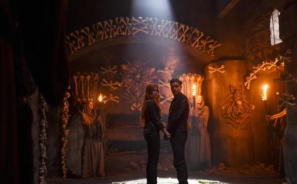 Shadowhunters: i protagonisti Katherine McNamara e Dominic Sherwood in una foto dell'episodio The Mortal Cup