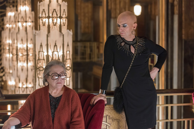 American Horror Story: Hotel - Kathy Bates e Denis O'Hare in un'immagine del season finale Be our guest