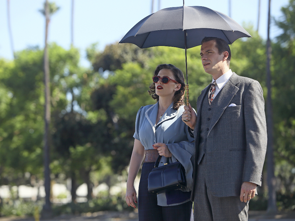 Agent Carter: Hayley Atwell e James D'Arcy in una foto dell'episodio The Lady in the Lake