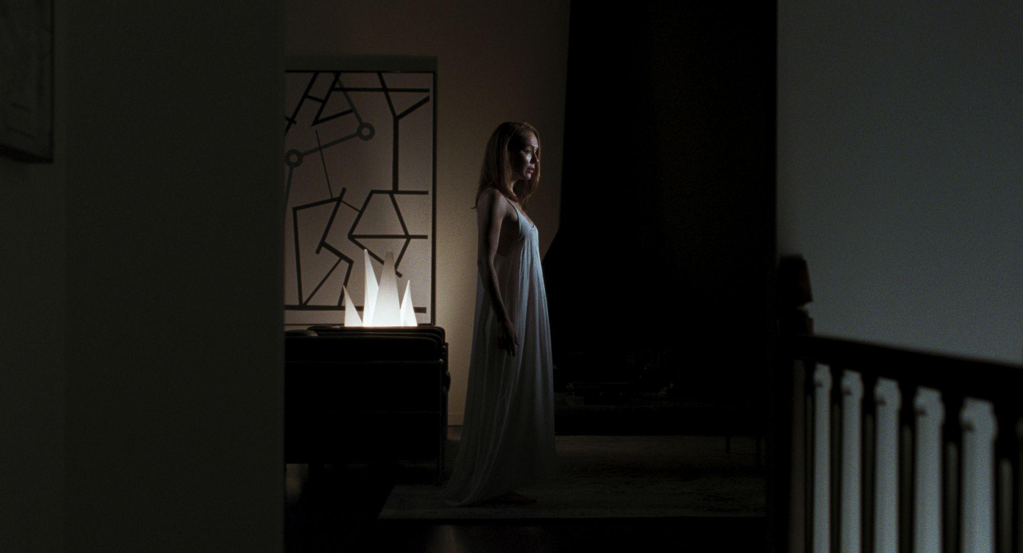 Boris Sans Béatrice - Simone-Élise Girard vaga per la casa in camicia da notte