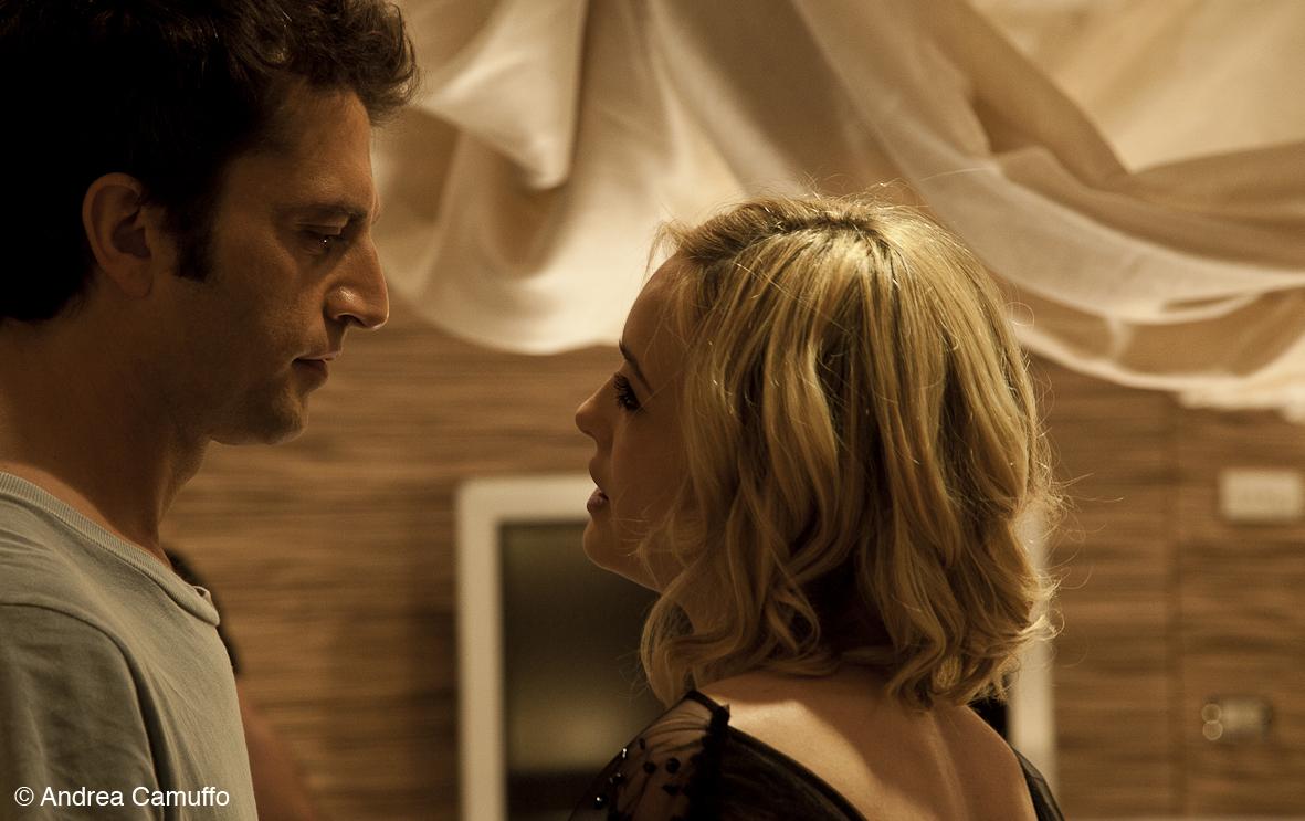 Breve storia di lunghi tradimenti: Gaetano Bruno e Carolina Crescentini in una scena del film