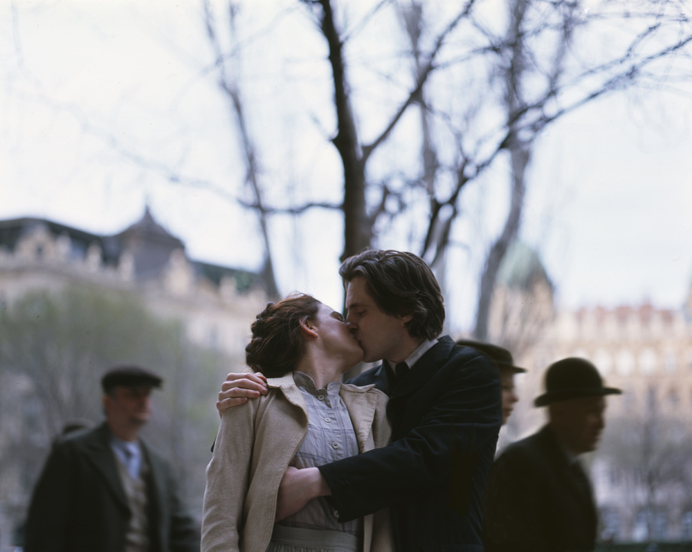 A Serious Game: Sverrir Gudnason e Karin Franz Körlof si baciano in una scena del film