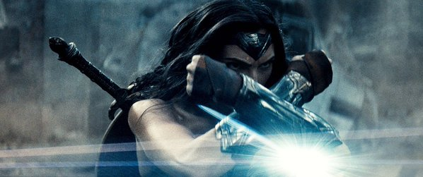 Batman v Superman: Gal Gadot è Wonder Woman in una scena del film