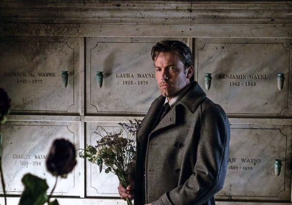 Batman v Superman: Bruce Wayne (Ben Affleck) porta dei fiori sulla tomba di famiglia