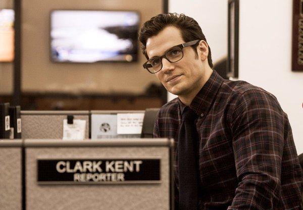 Batman v Superman: Henry Cavill è Clark Kent in una foto del film