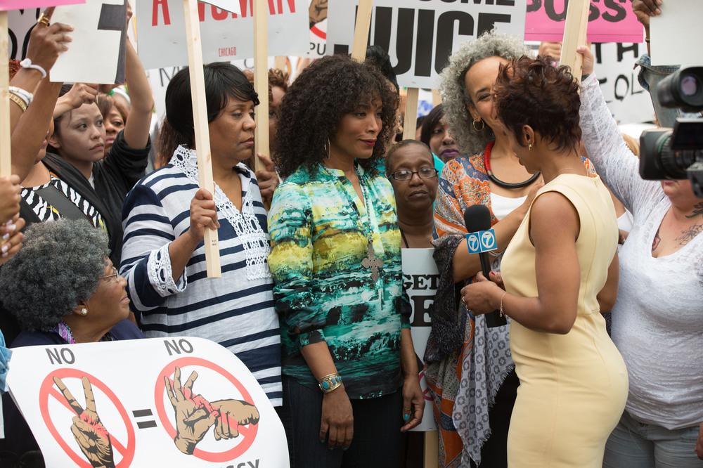 Chi-Raq: Angela Bassett in una scena di gruppo del film