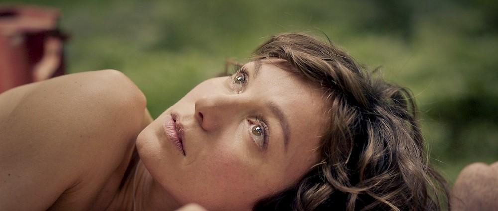 Jonathan: Julia Koschitz in un momento del film