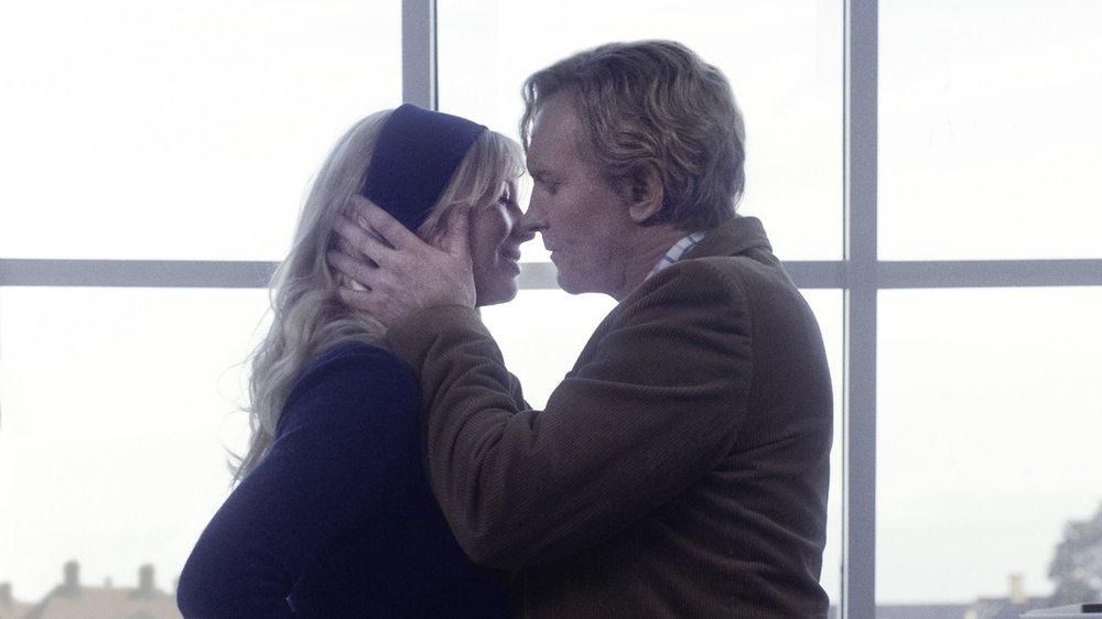 The Commune: Helene Reingaard Neumann e Ulrich Thomsen in una scena del film