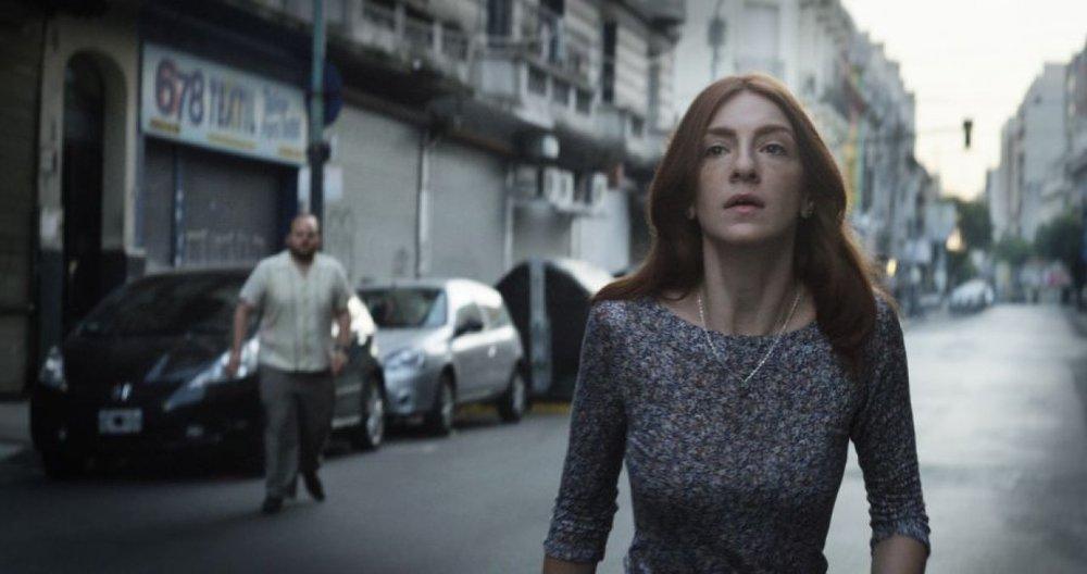 The Tenth Man: Julieta Zylberberg e, sullo sfondo, Alan Sabbagh in una scena del film