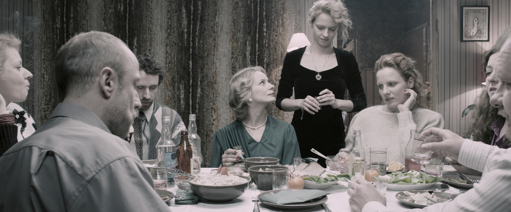 United States of Love: Marta Nieradkiewicz, Julia Kijowska, Lukasz Simlat e Magdalena Cielecka a tavola in una scena del film