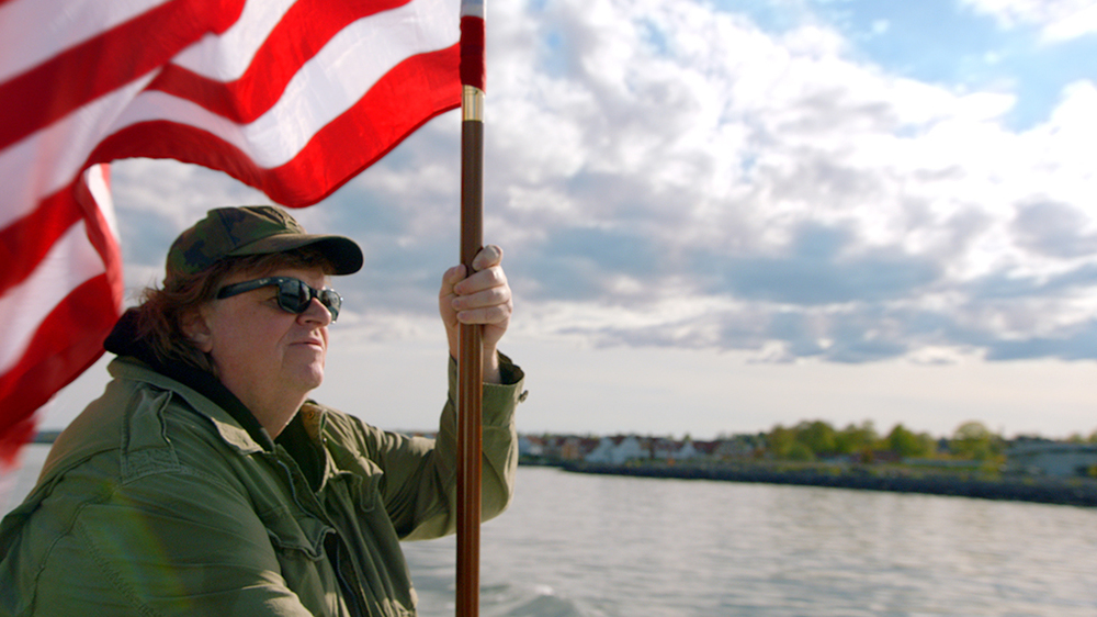 Where to Invade Next: Michael Moore con la bandiera statunitense in una scena