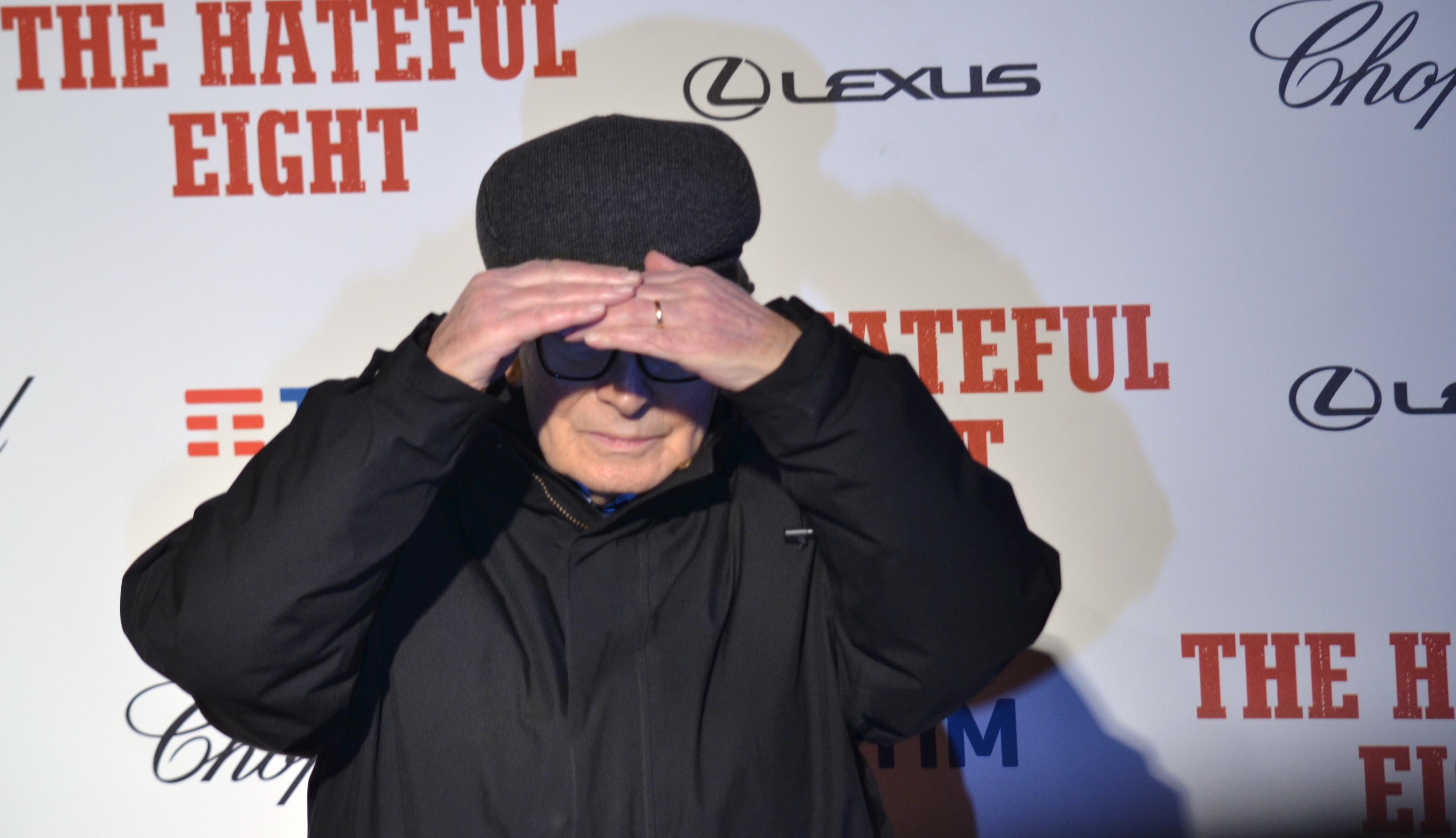 Il maestro Ennio Morricone accecato dai flash sul red carpet di The Hateful Eight