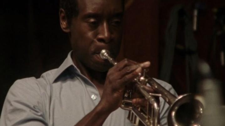 Miles Ahead: Don Cheadle intento a suonare la tromba in una scena del film