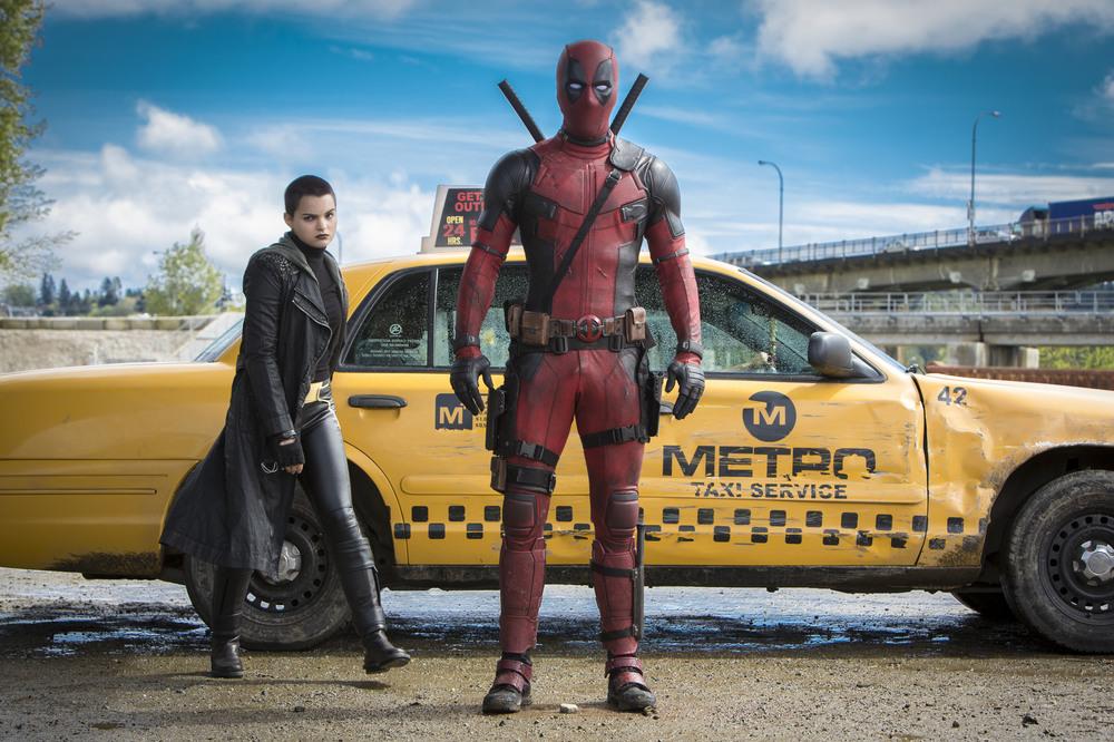 Deadpool: Ryan Reynolds e Brianna Hildebrand in un momento del film