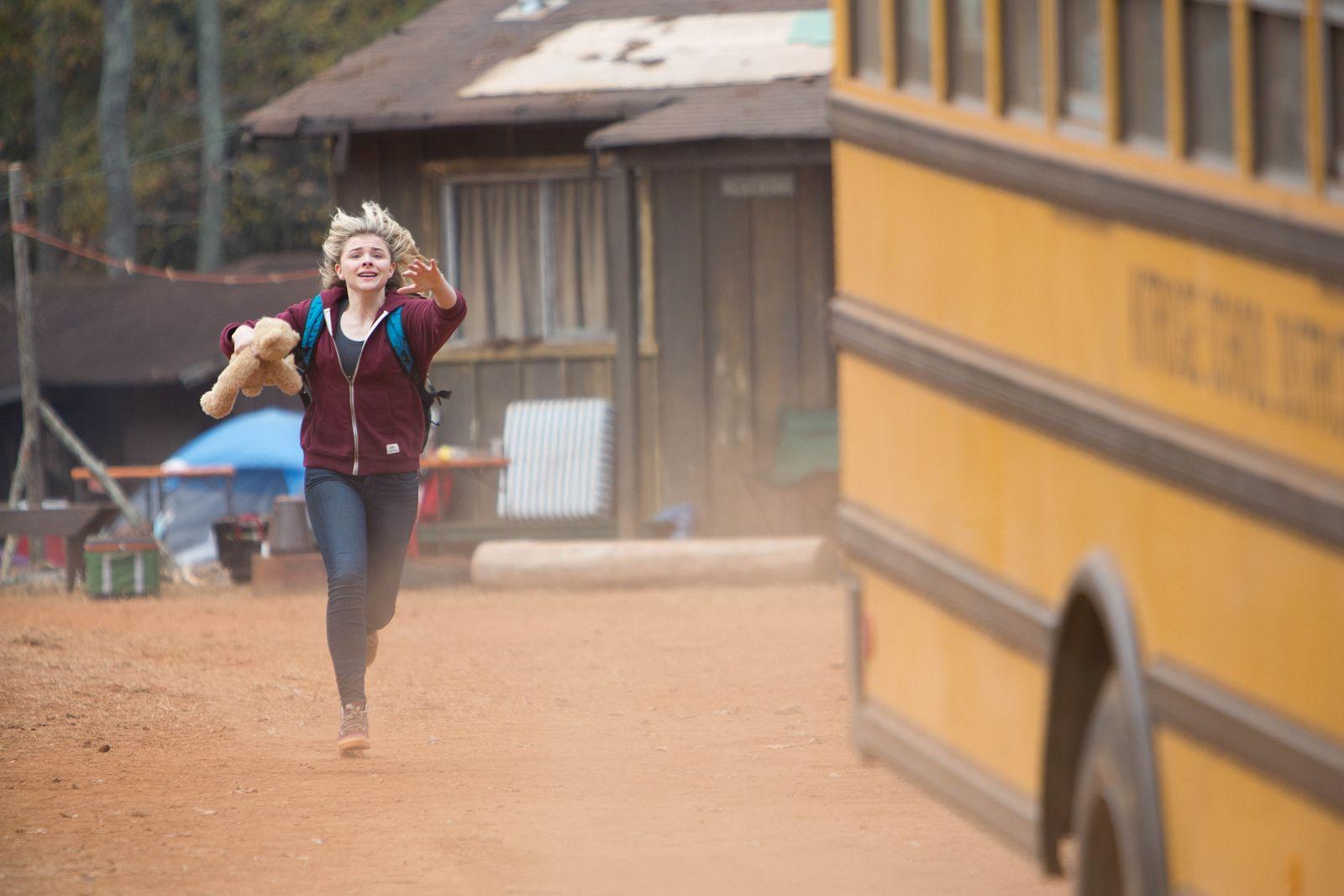 La quinta onda: Chloë Grace Moretz in un drammatico momento del film