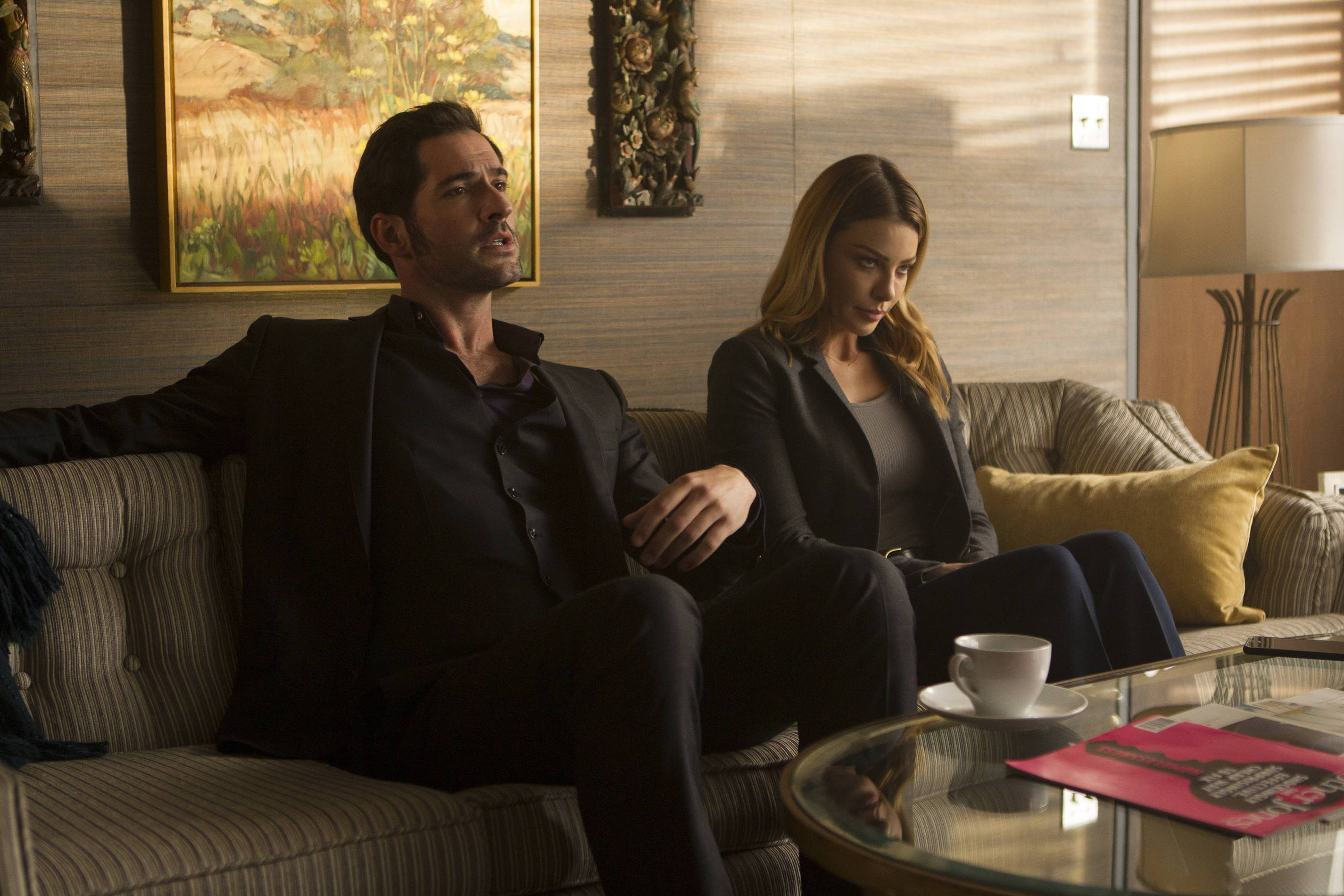 Lucifer: Tom Ellis e Lauren German in una foto del primo episodio