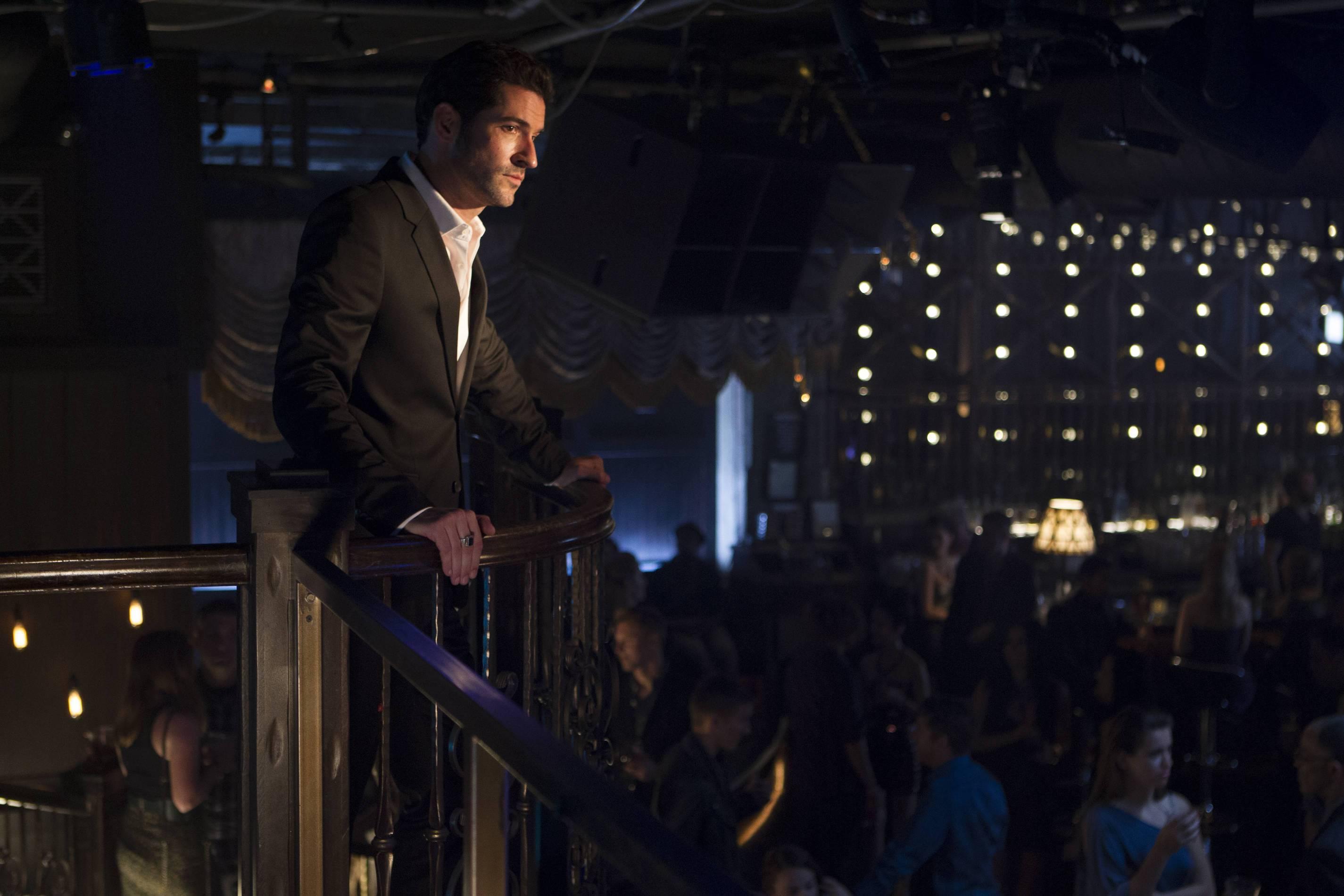 Lucifer: Tom Ellis interpreta il proprietario del club Lux