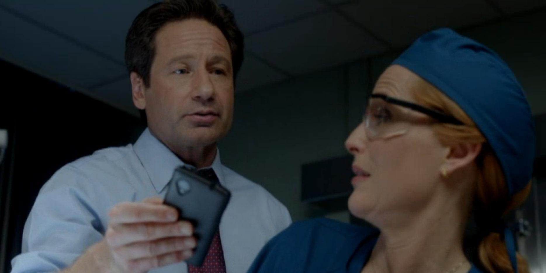 X-Files: David Duchovny e Gillian Anderson in un momento dell'episodio La lucertola mannara