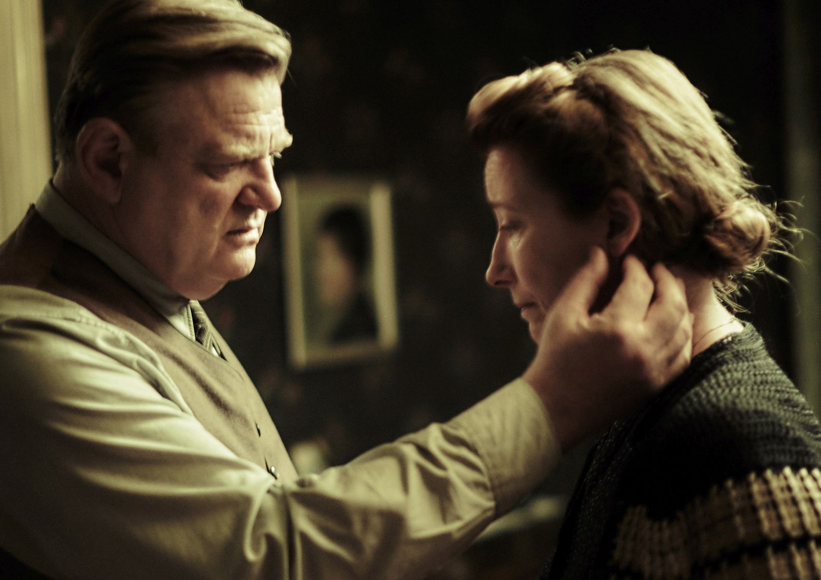 Alone in Berlin: Brendan Gleeson ed Emma Thompson in una scena del film
