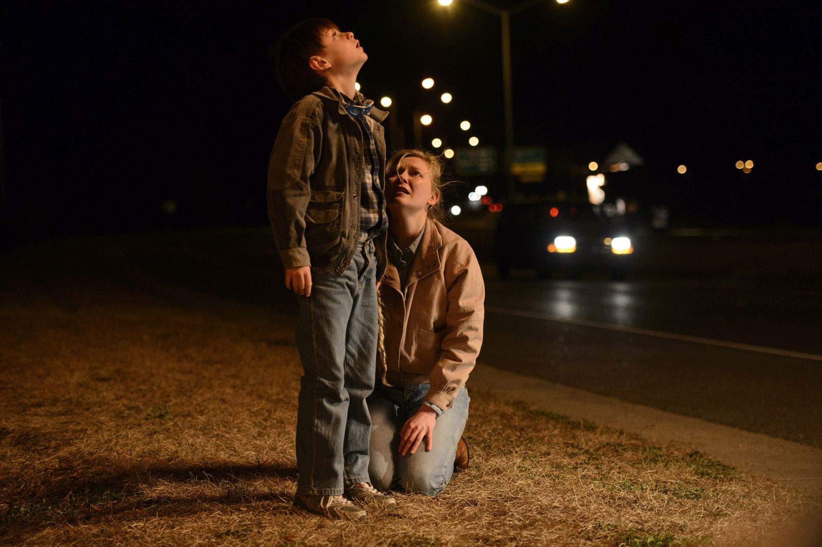 Midnight Special: Kirsten Dunst e Jaeden Lieberher in una scena del film