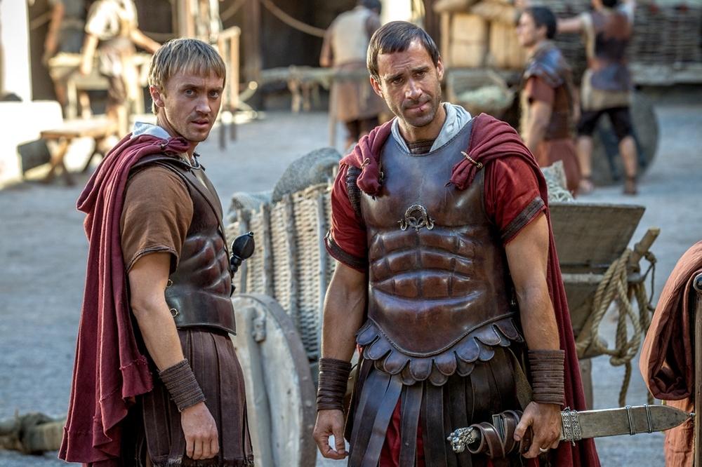 Risorto: Tom Felton e Joseph Fiennes insieme in una scena del film
