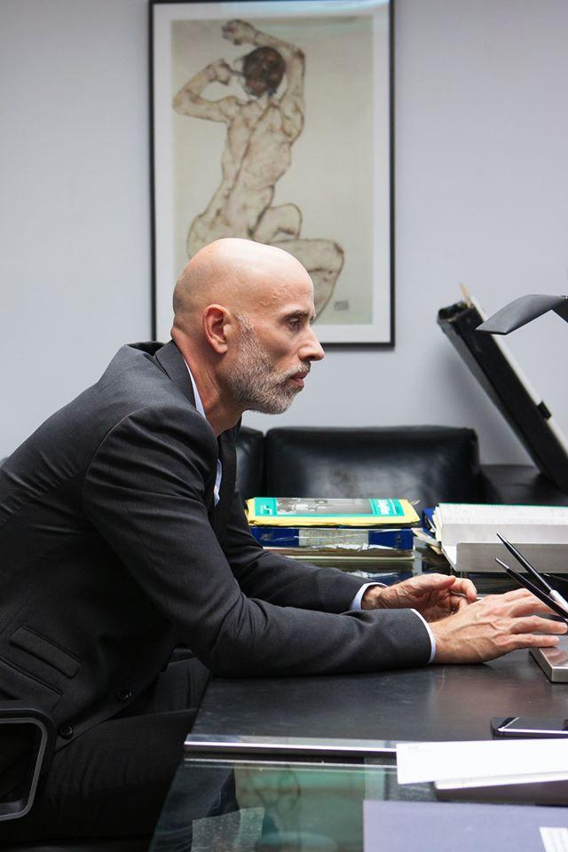 Boris Sans Béatrice - James Hyndman seduto nel suo ufficio