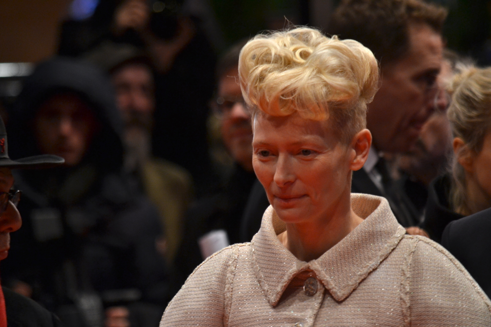 Berlino 2016: Tilda Swinton posa sul red carpet di Ave, Cesare!