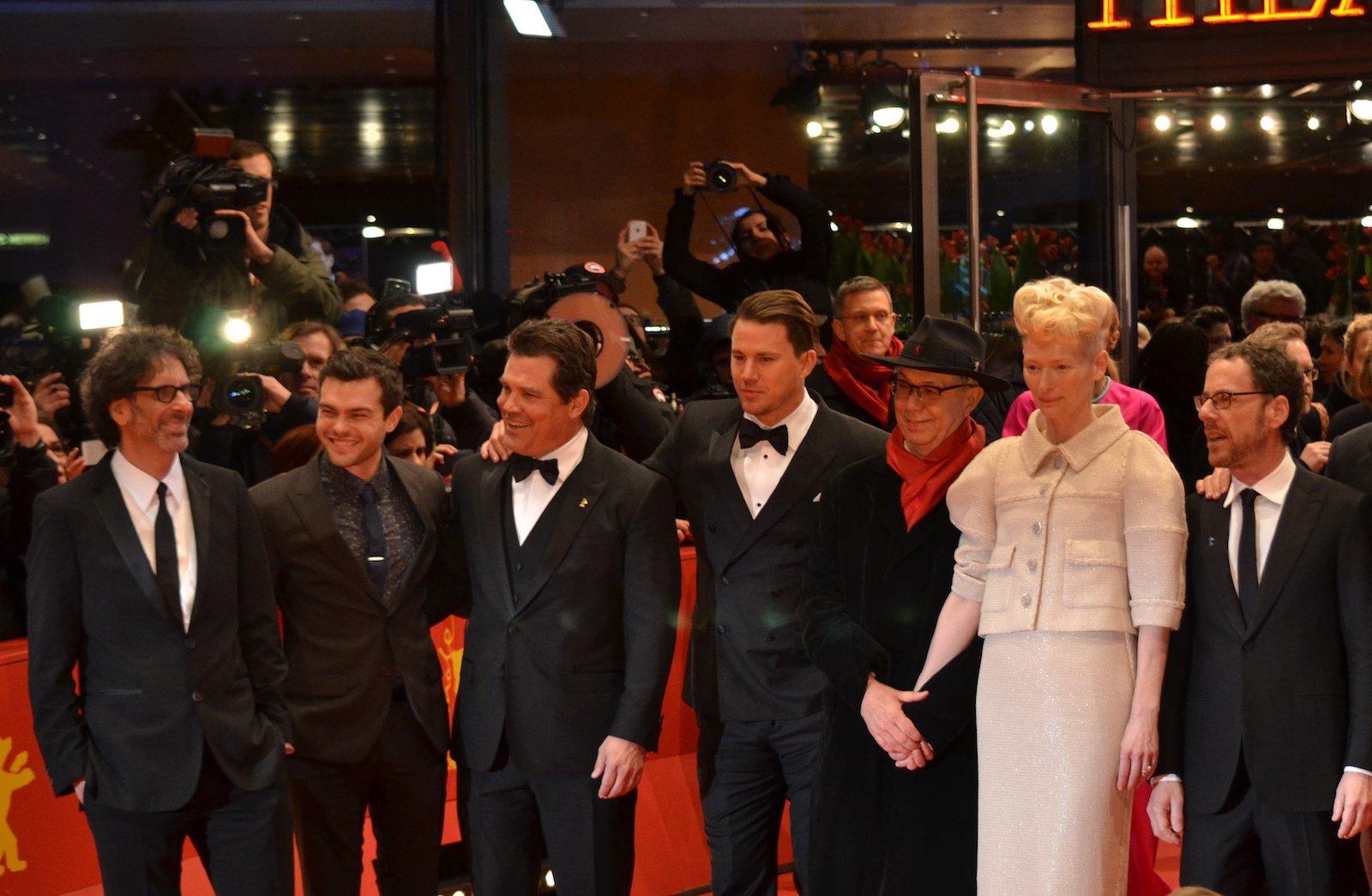 Berlino 2016: Tilda Swinton, Alden Ehrenreich, Josh Brolin, Channing Tatum, Joel e Ehan Coen,  sul red carpet di Ave, Cesare!