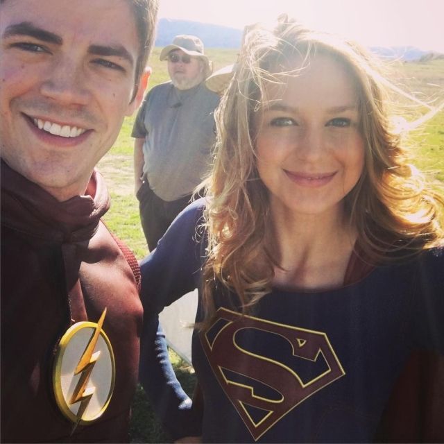 Supergirl: Grant Gustin e Melissa Benoist sul set del quattordicesimo episodio