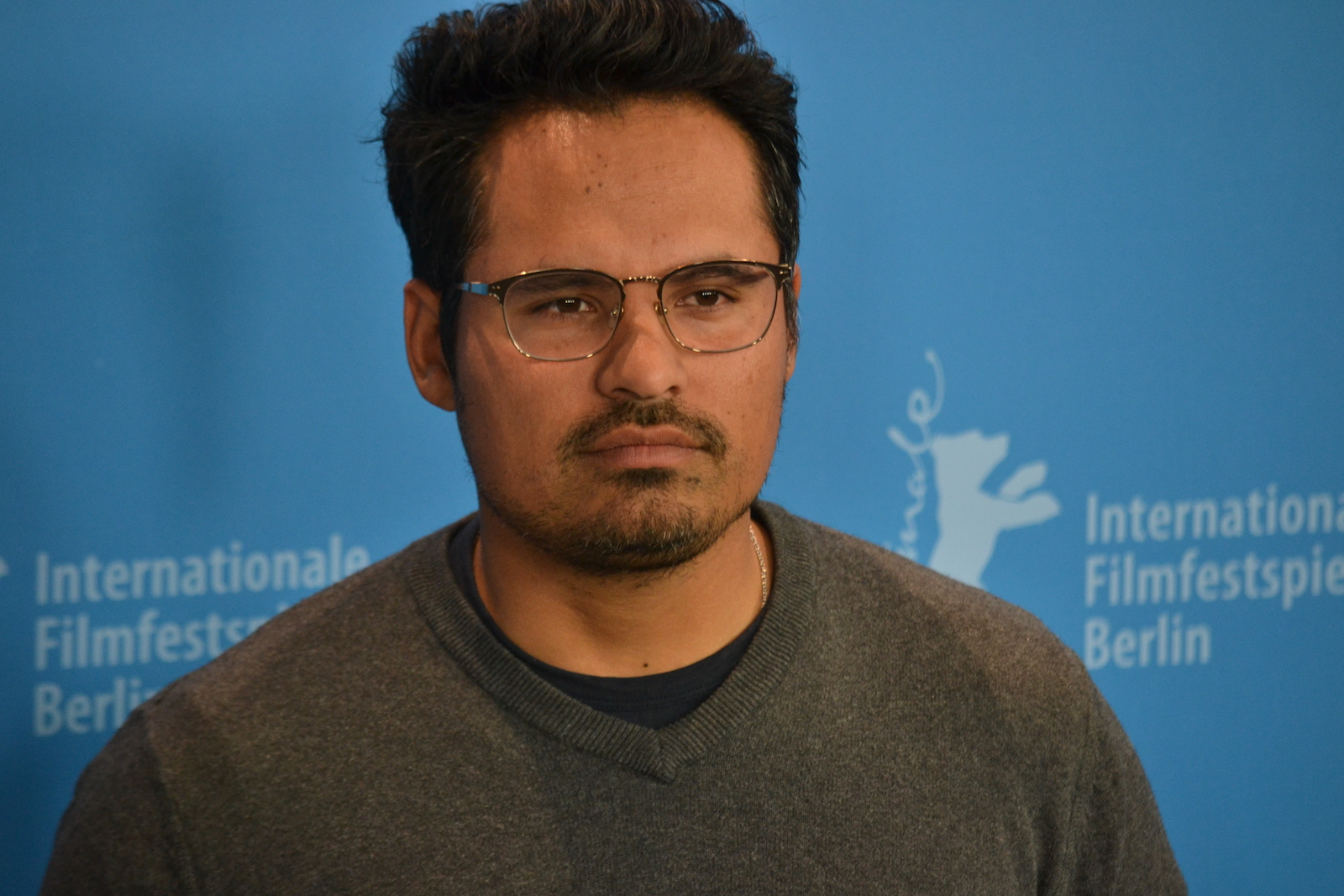 Berlino 2016: un primo piano di Michael Peña photocall di War On Everyone