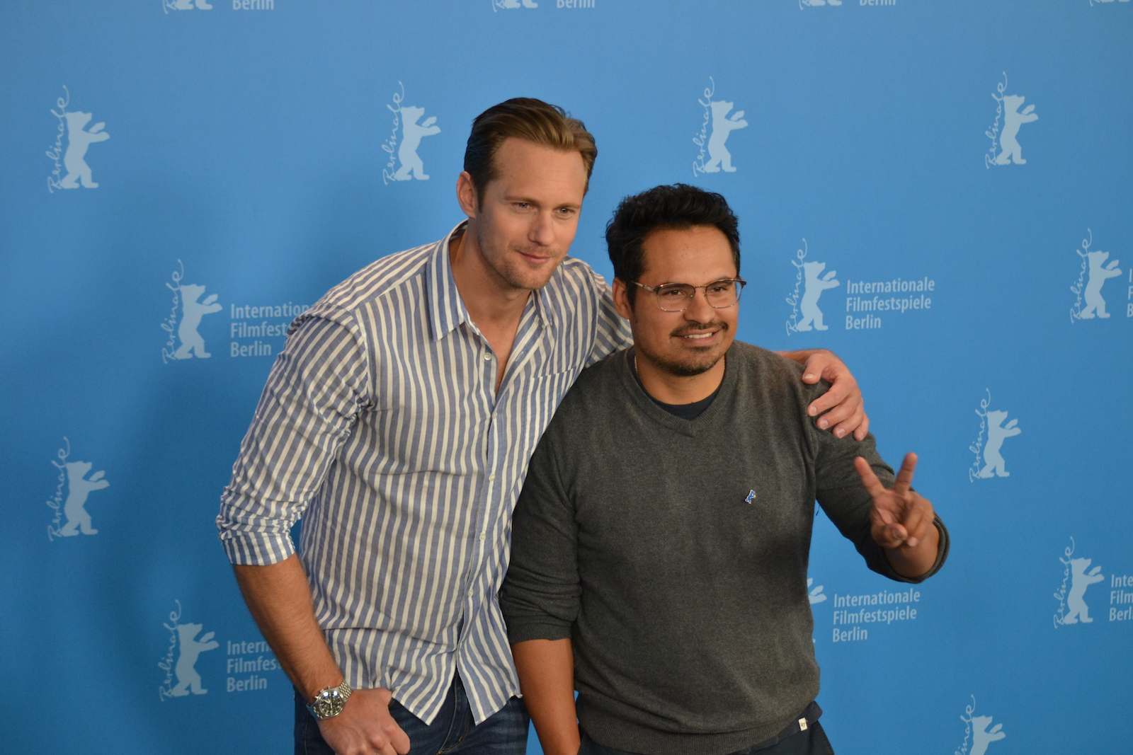 Berlino 2016: Michael Peña e Alexander Skarsgård posano al photocall di War On Everyone