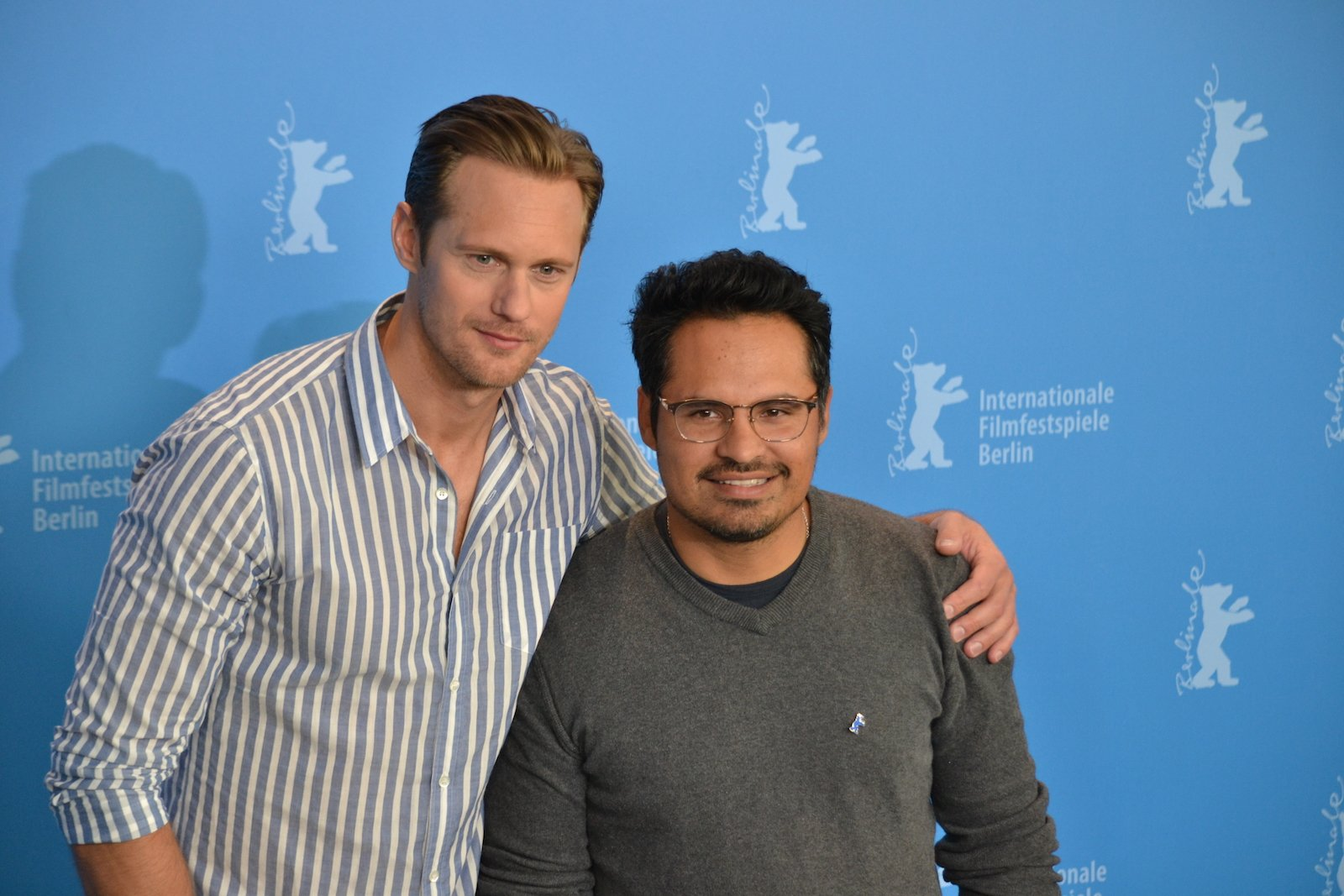 Berlino 2016: Michael Peña e Alexander Skarsgård in uno scattoal photocall di War On Everyone