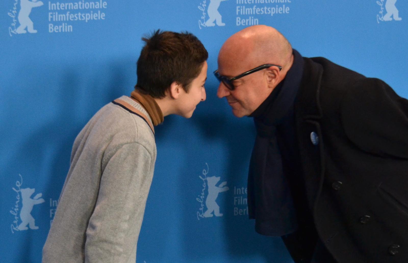 Berlino 2016: Gianfranco Rosi e Samuele Puccillo scherzano al photocall di Fuocoammare