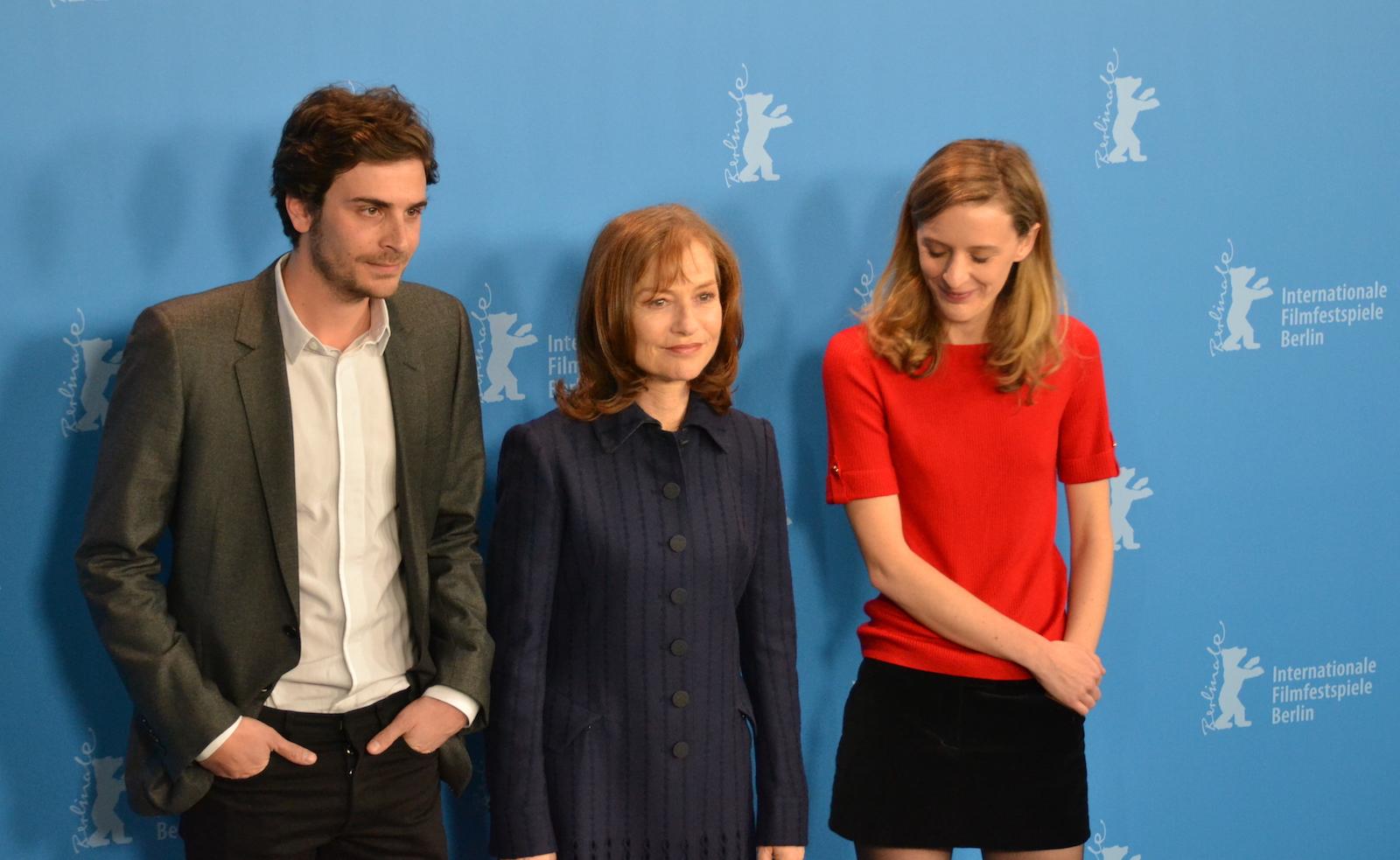 Berlino 2016: Mia Hansen-Løve, Roman Kalinka e Isabelle Huppert posano al photocall di Things To Come