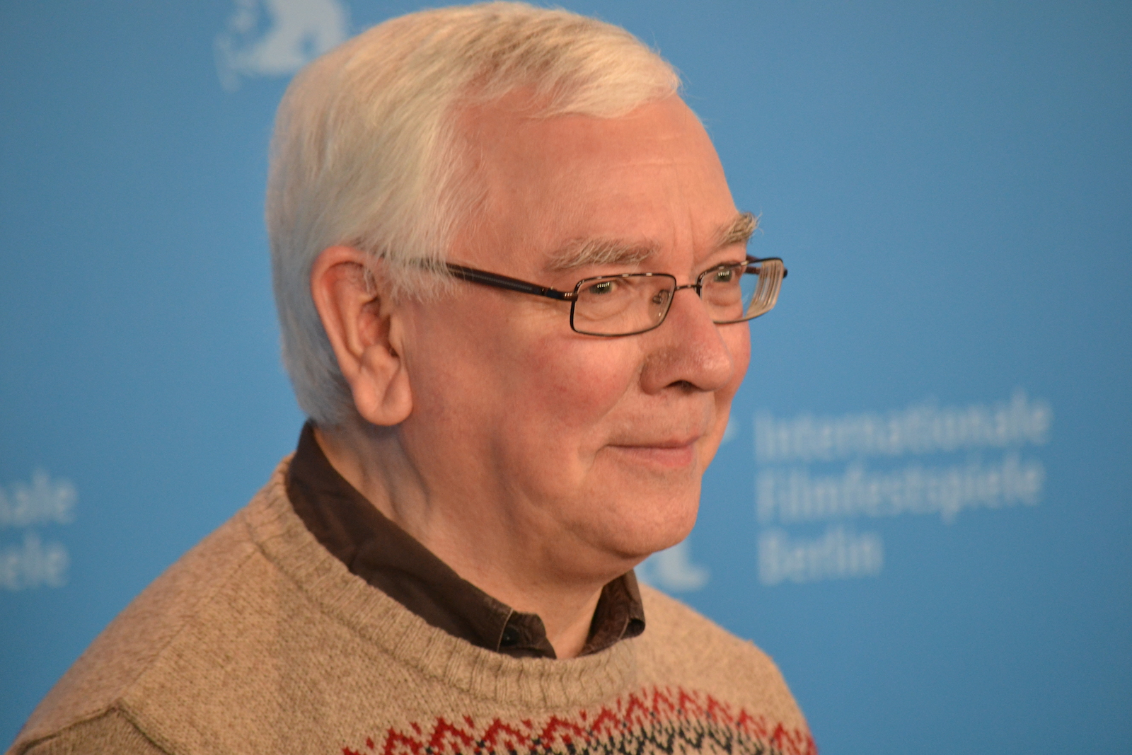 Berlino 2016: Terence Davies in uno scatto al photocall di A Quiet Passion