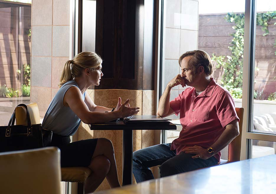 Better Call Saul: Rhea Seehorn insieme a Bob Odenkirk in una scena del primo episodio della seconda stagione, Switch