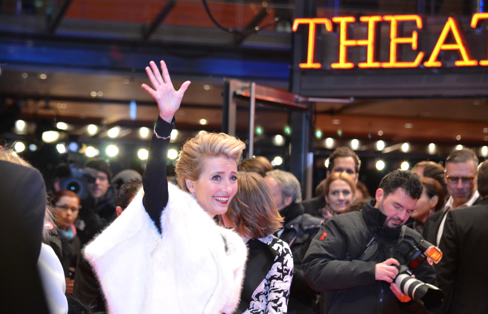 Berlino 2016: Emma Thompson saluta sul red carpet di Alone in Berlin