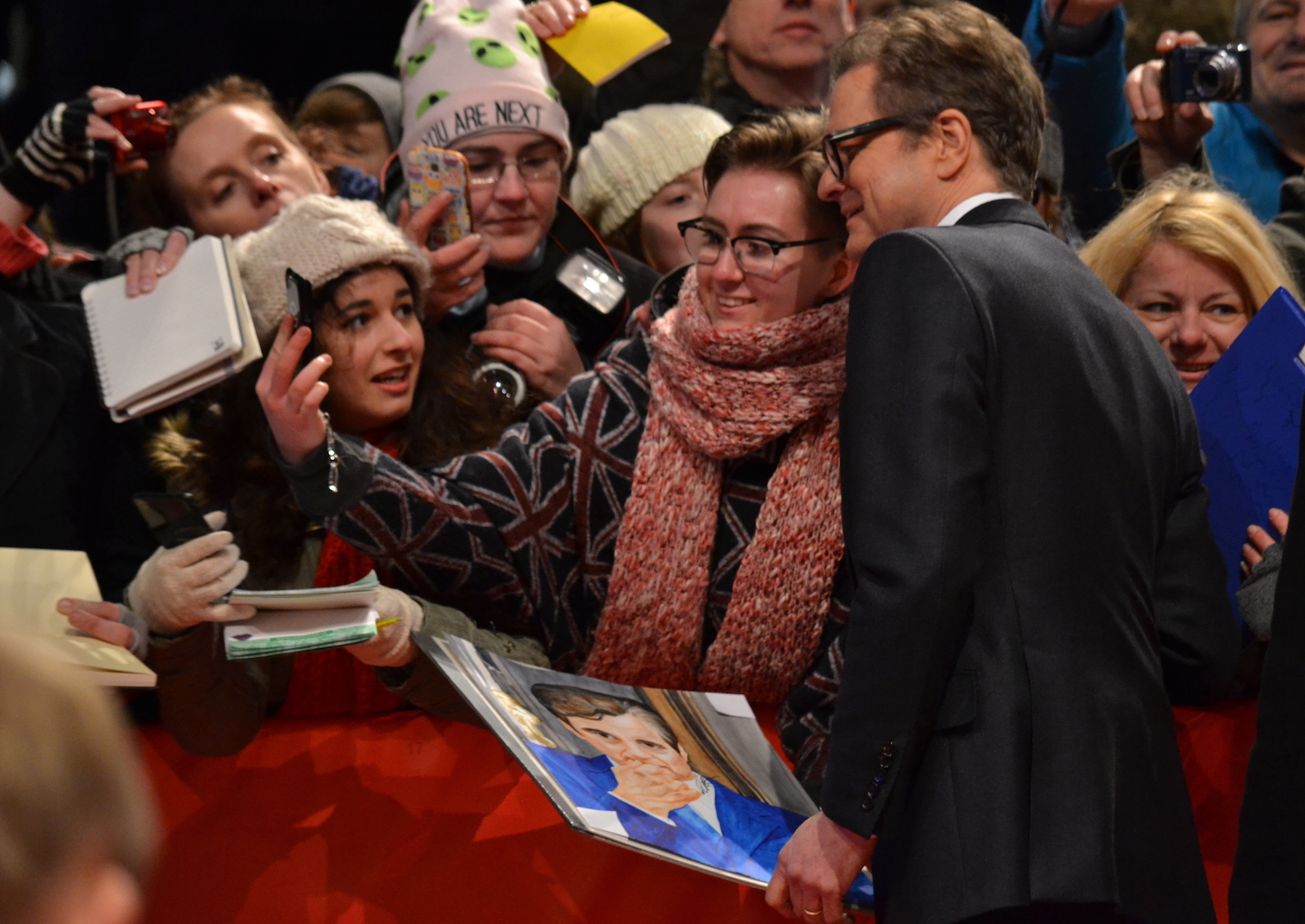 Berlino 2016: Colin Firth Firma autografi sul red carpet di Genius