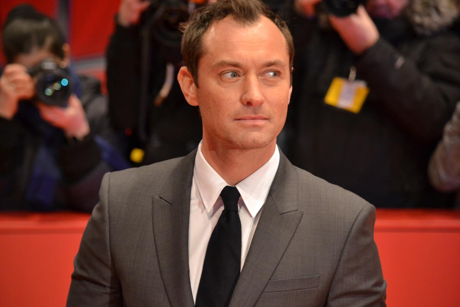 Berlino 2016: Jude Law posa sul red carpet di Genius