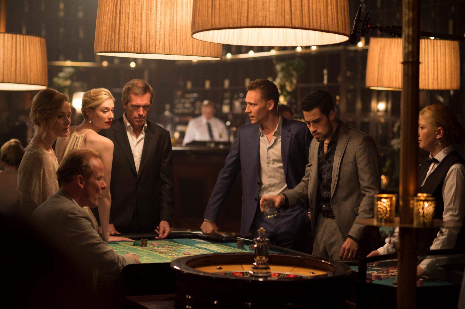 The Night Manager: Elizabeth Debicki, Hugh Laurie e Tom Hiddleston in una scena della serie