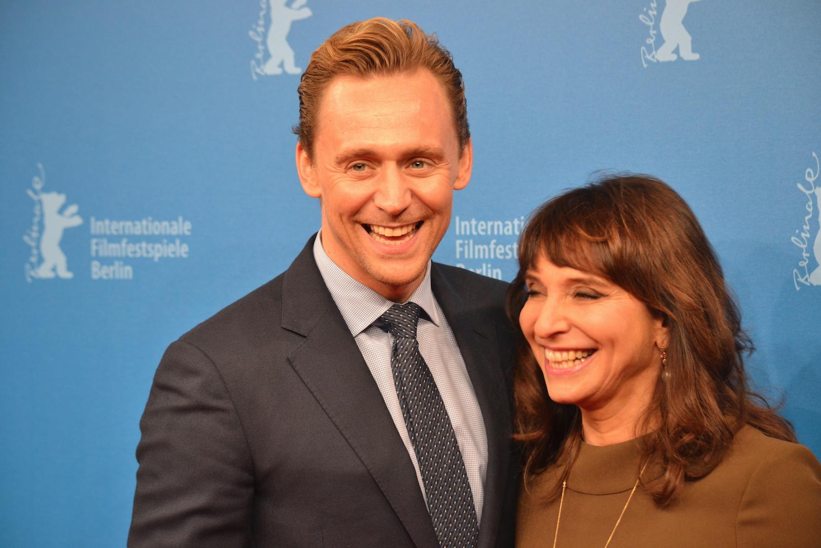 Berlino 2016: Tom Hiddleston e Susanne Bier in uno scatto sul red carpet di The Night Manager