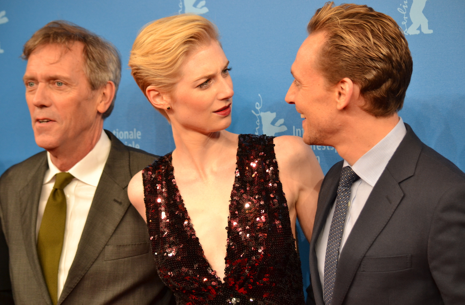 Berlino 2016: Elizabeth Debicki, Tom Hiddleston, Hugh Laurie sul red carpet di The Night Manager